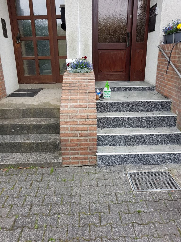 Treppenrenovierung –Hier finden Sie Tipps zum Treppe renovieren und schön gestalten. Neben einer allgemeinen Schritt-für-Schritt-Anleitung für Holztreppen empfehlen wir Steinteppich als Verkleidung für Treppen aus Stein und Beton.