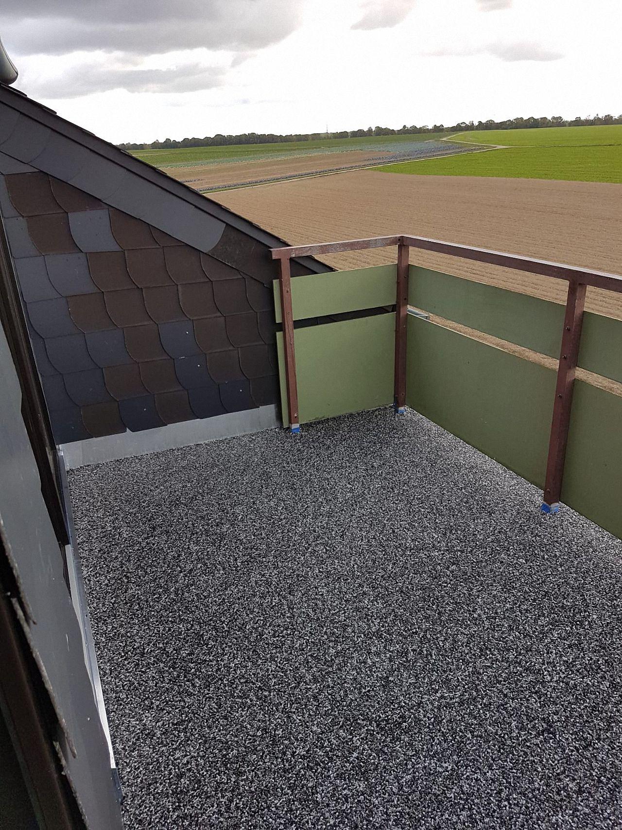 Steinteppich als Balkon-Bodenbelag. Die wasserdichte und UV-beständige Versiegelung hat keine Fugen, ist leicht zu reinigen und individuell gut zu verlegen. Hier bekommen Sie alle Informationen zu Steinteppichen.